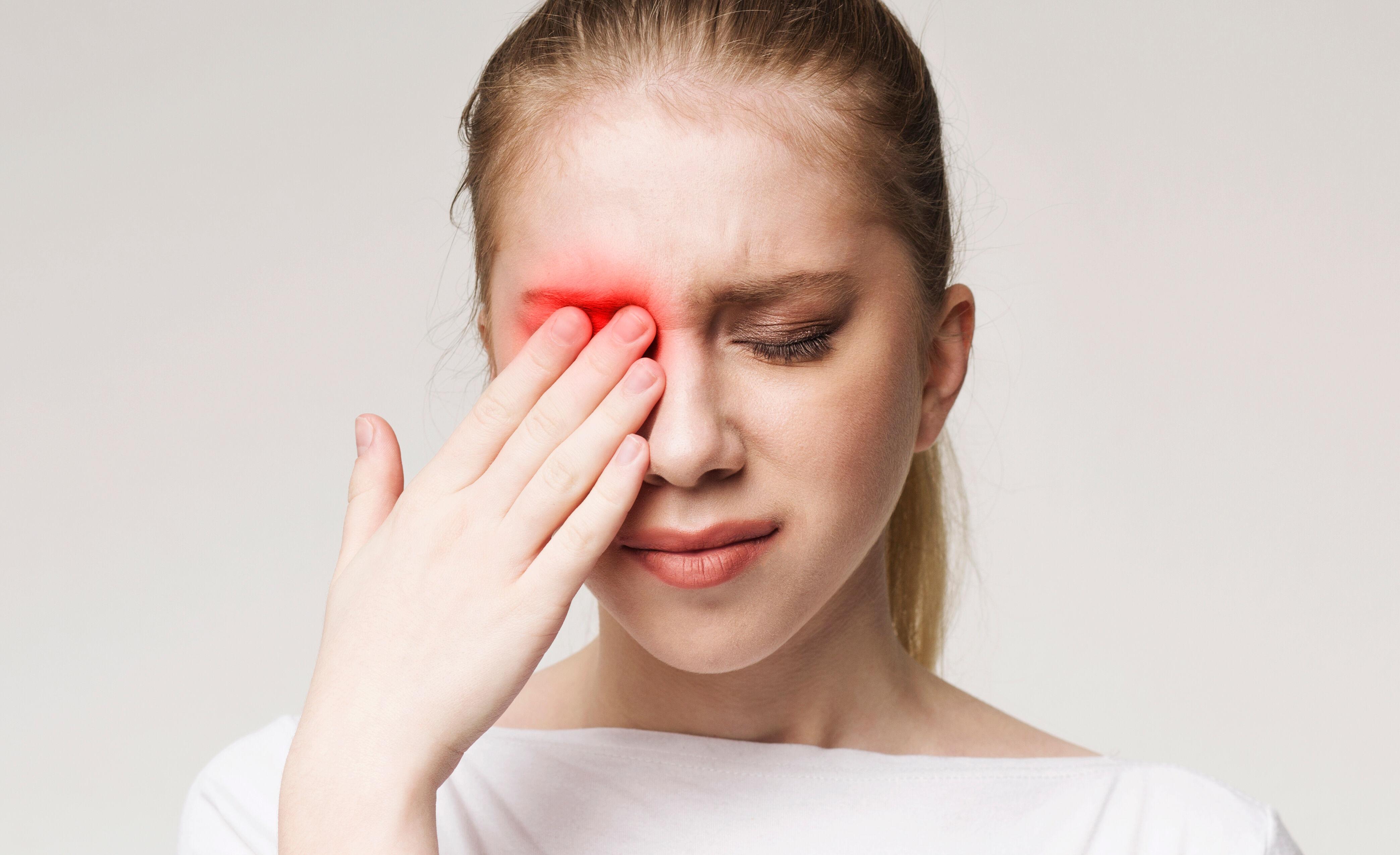 The girl eye hurts