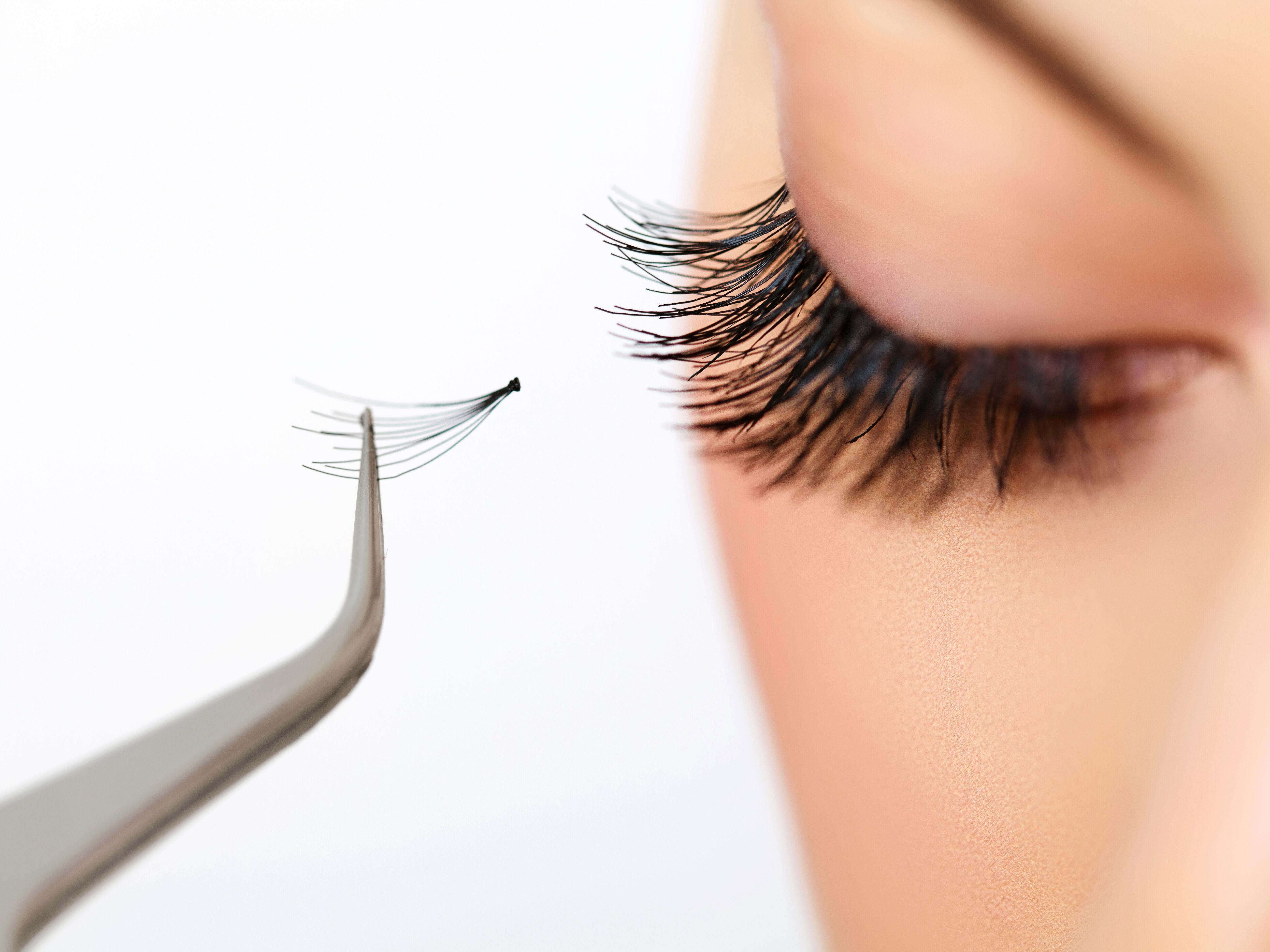 Girl eyelash extensions